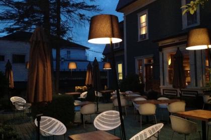 Le Pleasant Hôtel & Café