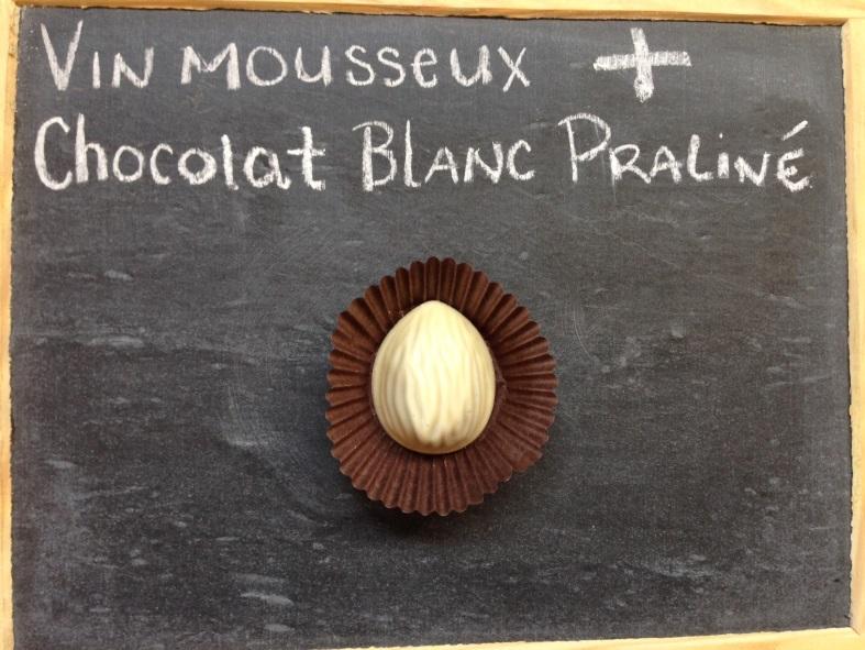 Vin mousseux et chocolat blanc praliné
